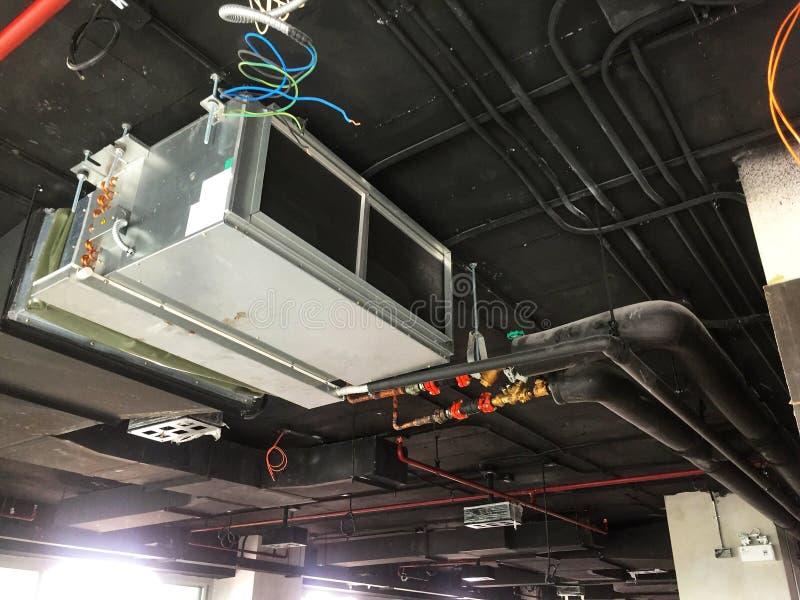 Installation der Luft Einheit im Dachbodenbüro übergebend stockfotografie