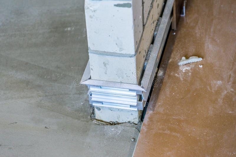 Installation der versteckten Fussleiste in dem Anfangsstadium von Fertigungsarbeiten Hauptreparatur stockbilder