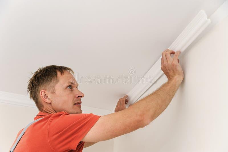 Installation des bâtis de plafond photo stock