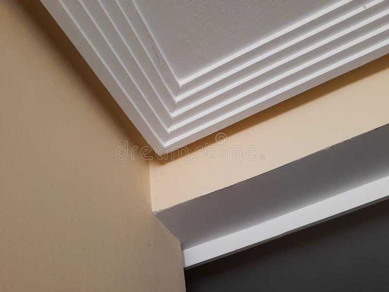 Installation des bâtis sur le plafond de la salle refourbie Fragment de bâti, vue supérieure du bâti à l'angle faisant le coin photographie stock