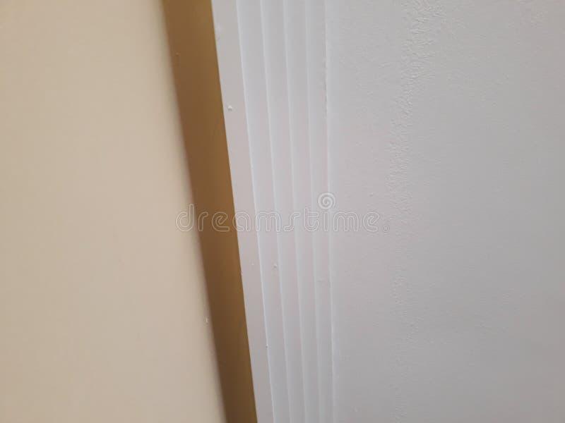 Installation des bâtis sur le plafond de la salle refourbie Fragment de bâti, vue supérieure du bâti à l'angle faisant le coin images stock