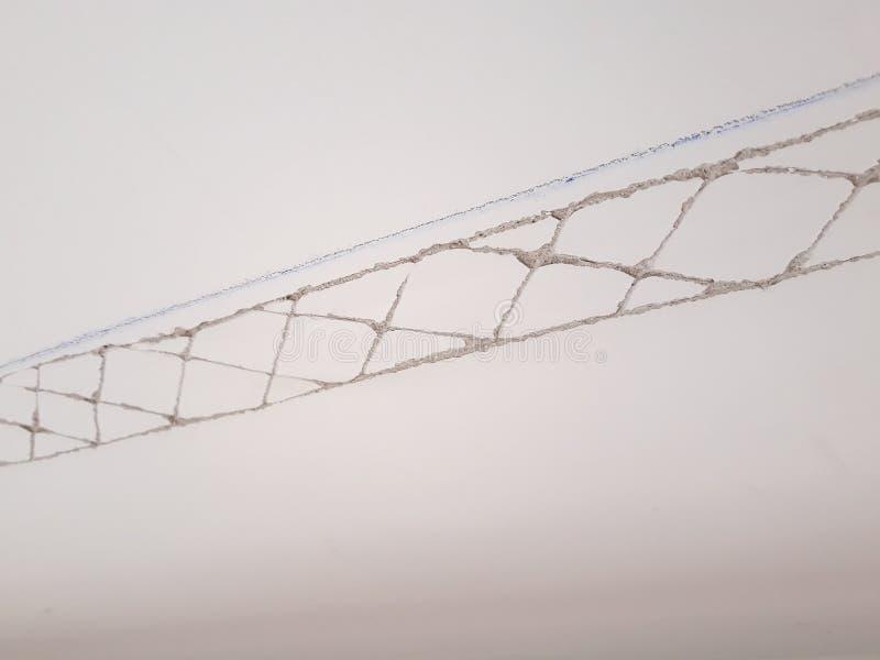 Installation des bâtis sur le plafond de la salle refourbie Fragment de bâti, vue supérieure du plafond avec la pré-éraflure pour photos stock