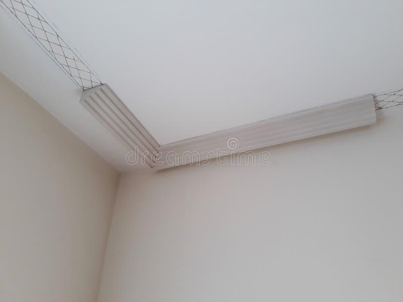 Installation des bâtis sur le plafond de la salle refourbie Fragment du moulage, vue sup?rieure du placement faisant le coin Mais images stock