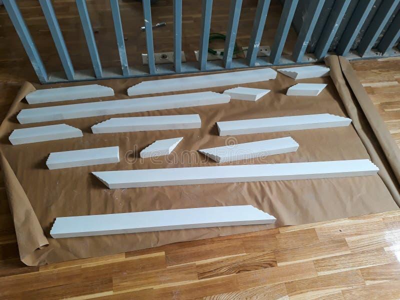 Installation des bâtis sur le plafond de la salle refourbie Fragment des bâtis préparés pour l'installation Coupez déjà photos stock