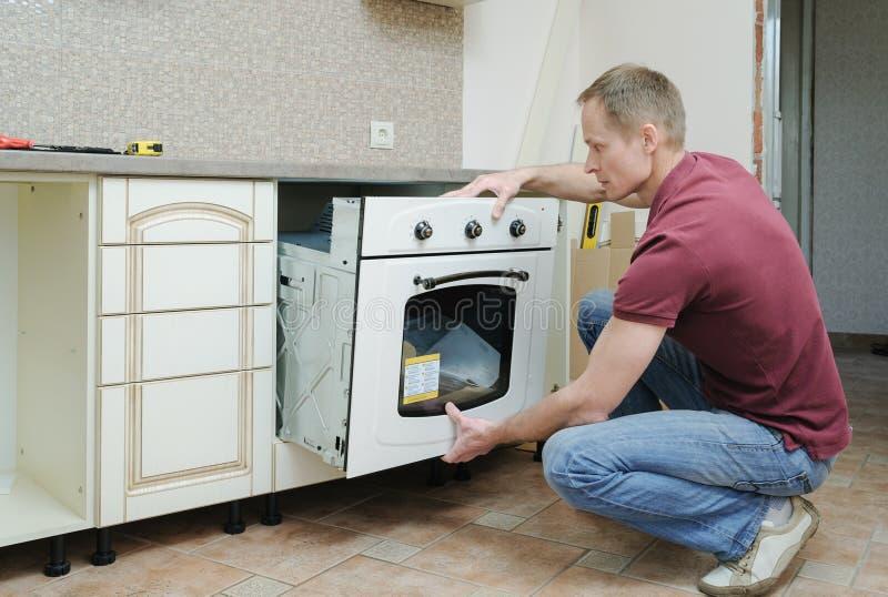 Installation des eingebauten elektrischen Ofens lizenzfreies stockfoto