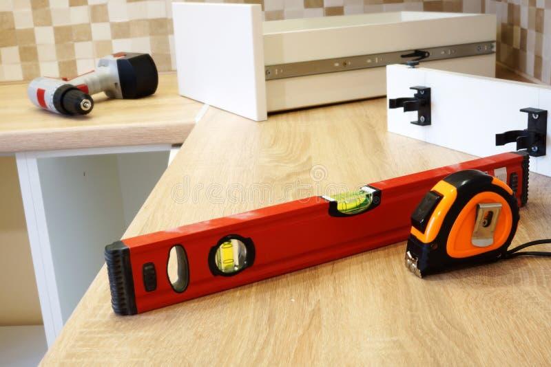 Installation des meubles dans la cuisine photos stock
