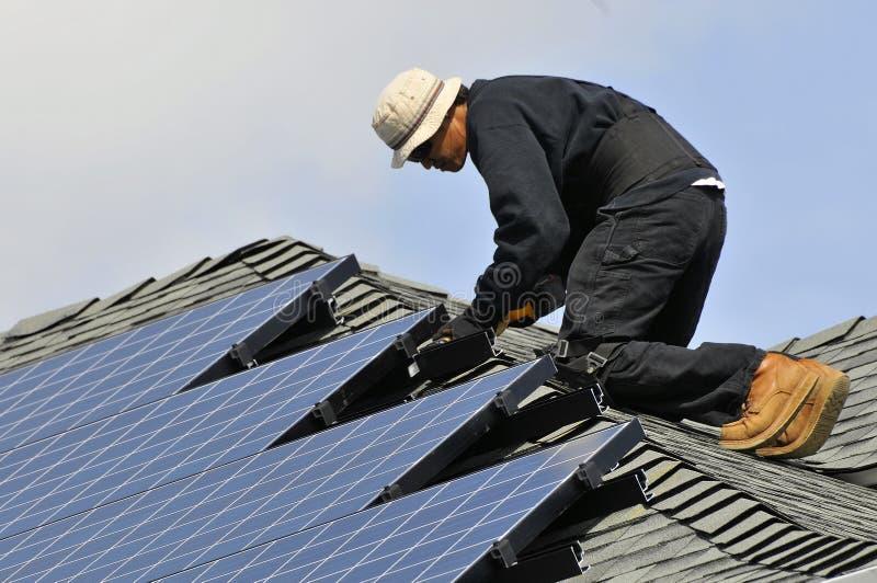 Installation des panneaux photovoltaïques photos libres de droits