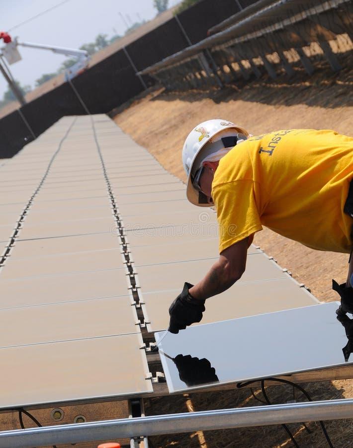 Installation des panneaux solaires 2 photo stock