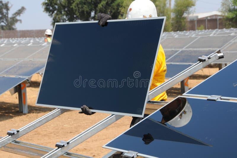 Installation des panneaux solaires image stock