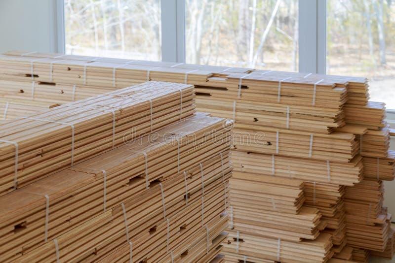 Installation du bois de plancher des planchers de parquet photo libre de droits