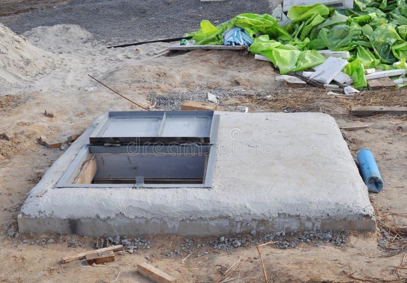 Installation du perçage de forage de l'eau avec le trou d'homme en métal Puits d'eau, conception de forage de l'eau images libres de droits