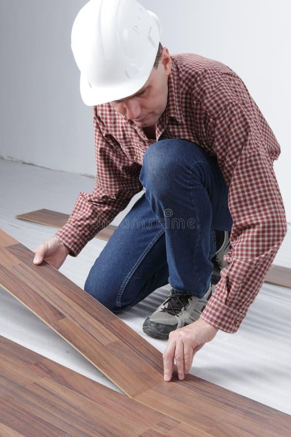 Installation en stratifié de plancher photos stock