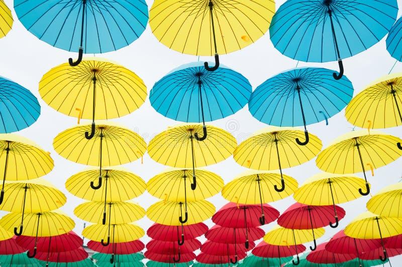 Installation för paraplyhimmelprojekt Paraplyflöte i himmel på solig dag Utomhus- konstdesign och dekor Ferie och arkivfoto