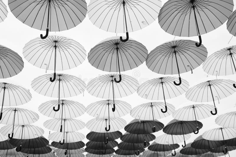 Installation för paraplyhimmelprojekt Paraplyflöte i himmel på solig dag Utomhus- konstdesign och dekor Ferie och arkivfoton