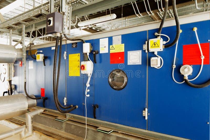Installation industrielle pour convertir l'énergie solaire en énergie électrique photos stock