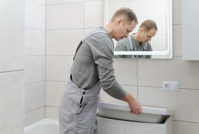 Installation le lavabo dans la salle de bains photo libre de droits