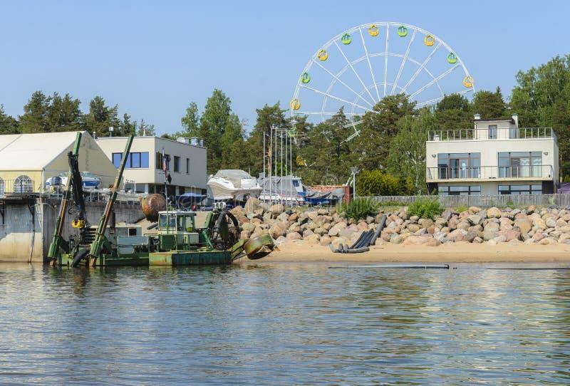 Installation marine pour l'eau de nettoyage et le fond de l'étang des débris et de la vase Le concept des soins de photo libre de droits