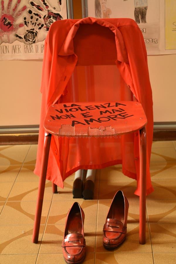 Installation mot feminicideuppsättning i en Junior High School arkivbild