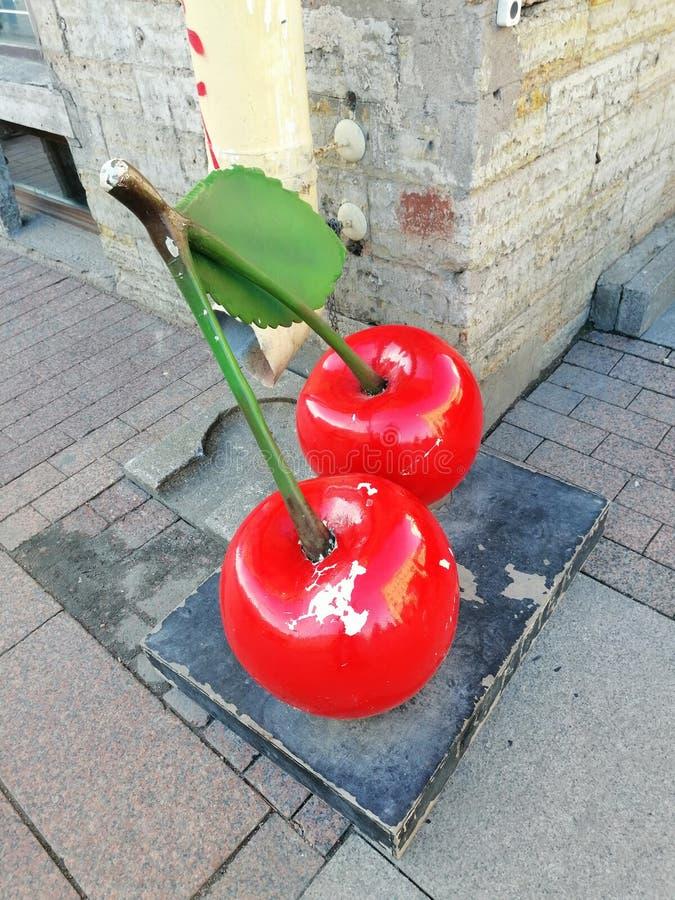 Installation sous forme de baies de cerise sur la rue photo stock
