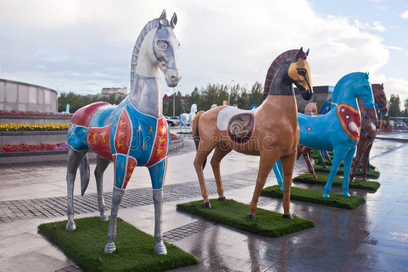 Installation sous forme de chiffres des chevaux, peints dans des ethnos d'ornement, habitant dans Kazakhstan photos stock