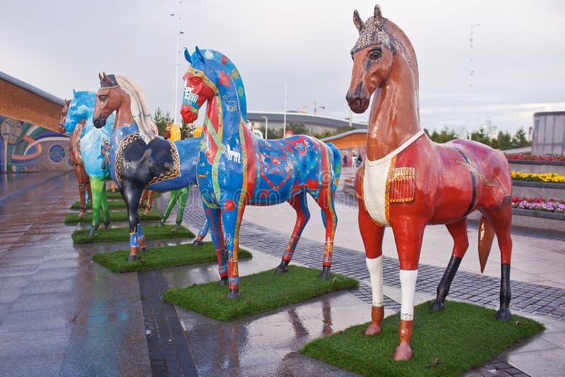 Installation sous forme de chiffres des chevaux, peints dans des ethnos d'ornement, habitant dans Kazakhstan photo stock