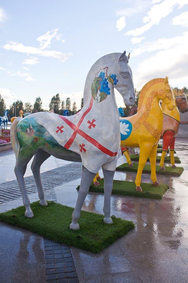 Installation sous forme de chiffres des chevaux, peints dans des ethnos d'ornement, habitant dans Kazakhstan image stock