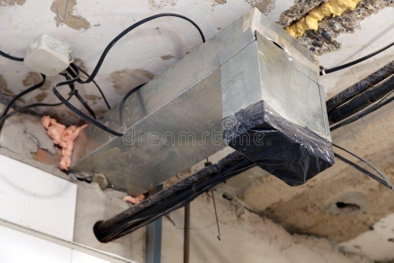 Installation und Reparatur des Rahmens, Lüftungsanlage, Feuermelder, elektrische Leitung, Lampenbirne, bevor Ausdehnung oder vers lizenzfreies stockfoto