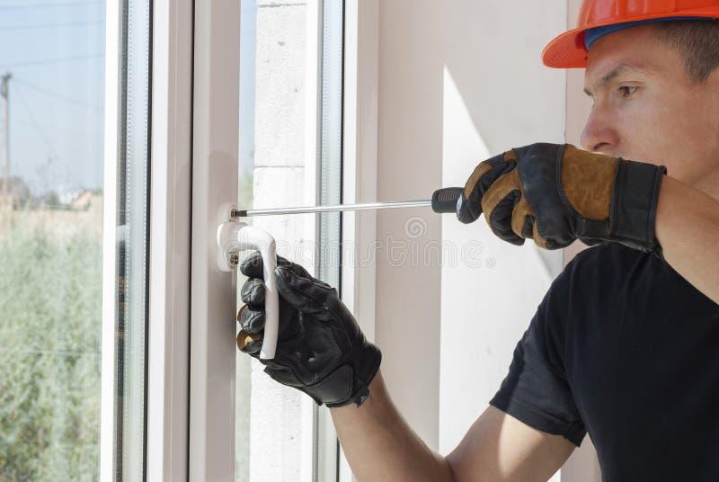 Installation und Reparatur von Plastikfenstern stockfotos