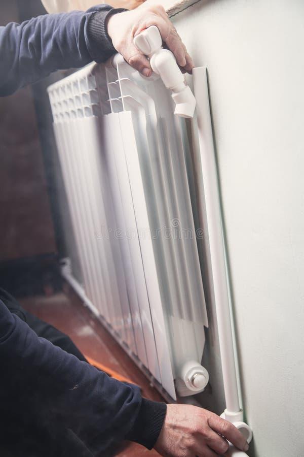 Installation und Verbindung des neuen heißen Wasserkühlers stockfoto
