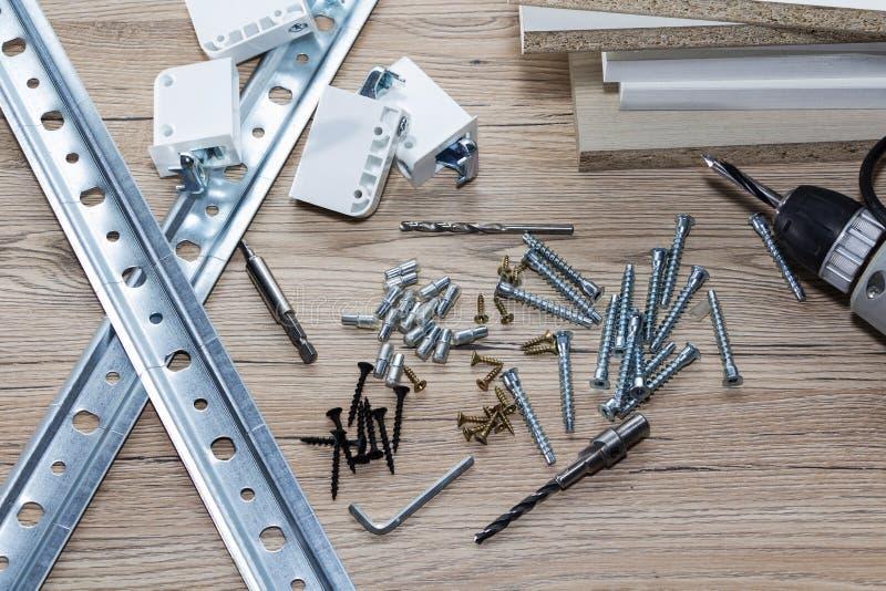 Installation von Spanplattenmöbeln in einer Zimmereiwerkstatt Zusätze und Werkzeuge für Tischler lizenzfreie stockfotografie