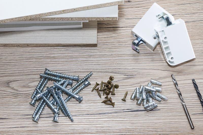 Installation von Spanplattenmöbeln in einer Zimmereiwerkstatt Zusätze und Werkzeuge für Tischler stockfoto