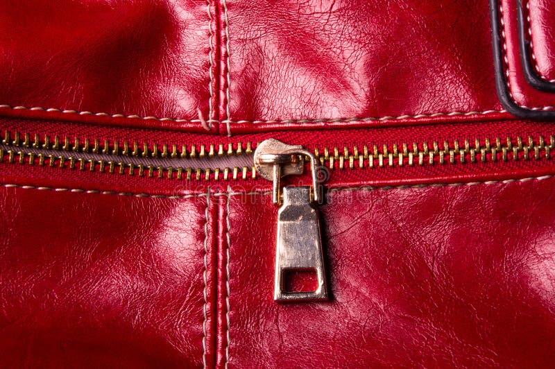 Installationen auf der Lederhandtasche stockfoto