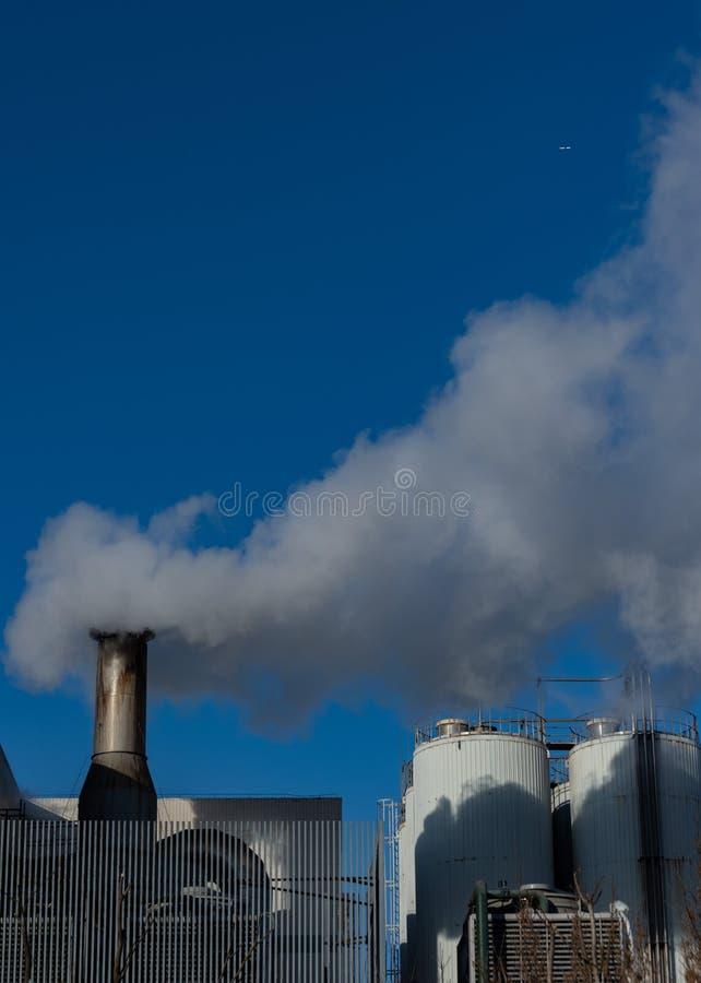 Installations industrielles transpirant le gaz sous le ciel photos stock
