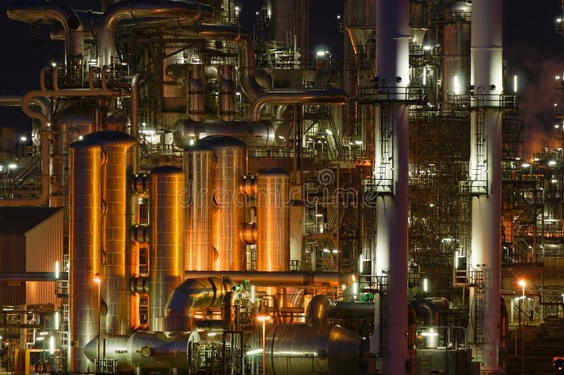 Installations productives chimiques la nuit photographie stock