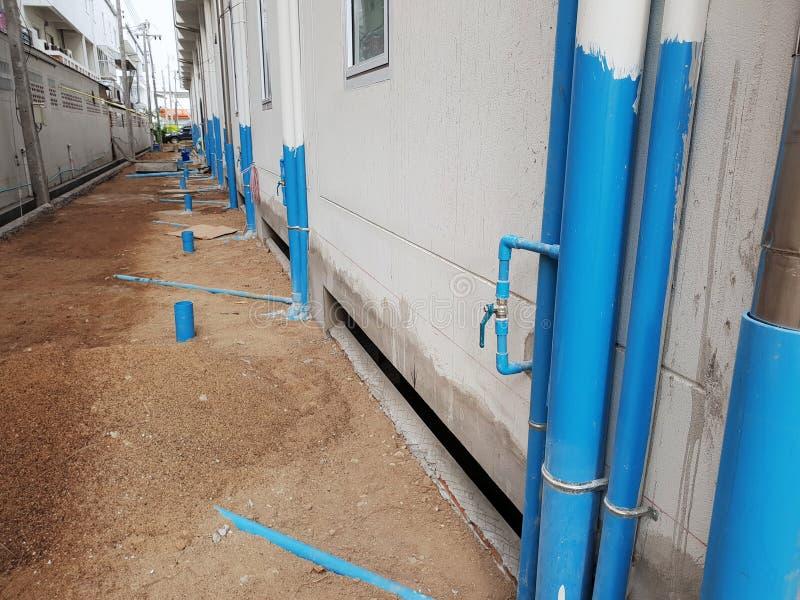 Installationsvattenrör för avloppsnät på hotellbyggnad, Thailand royaltyfri bild