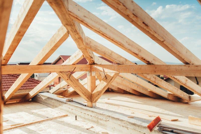 Installazione dei fasci di legno al cantiere della casa Dettagli della costruzione con i supporti di legno, del legname e del fer immagine stock libera da diritti