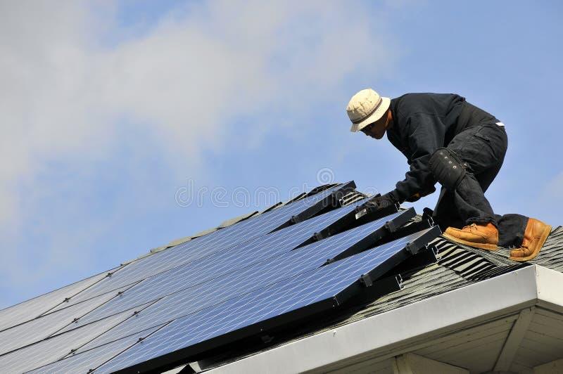 Installazione del comitato solare immagine stock libera da diritti