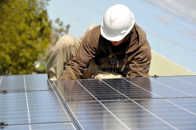 Installazione del comitato solare che collega 3 elettricamente fotografia stock