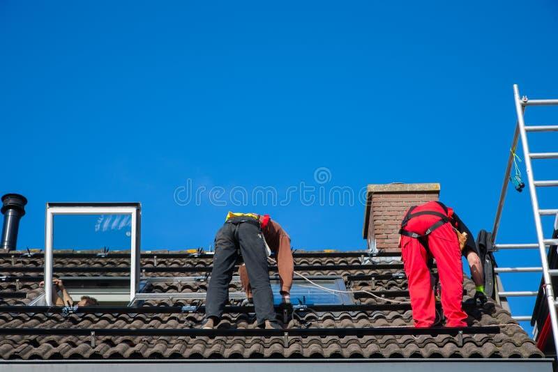 Installazione del pannello solare fotografie stock libere da diritti