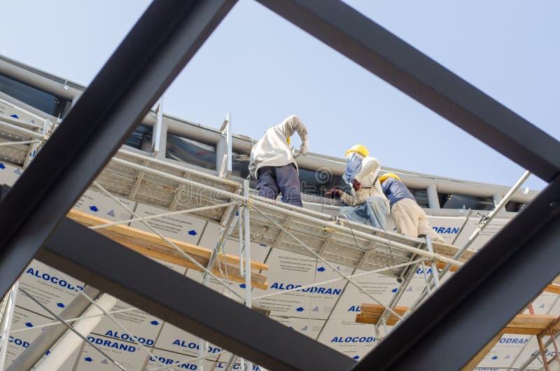Installazione del tetto del muratore fotografia stock