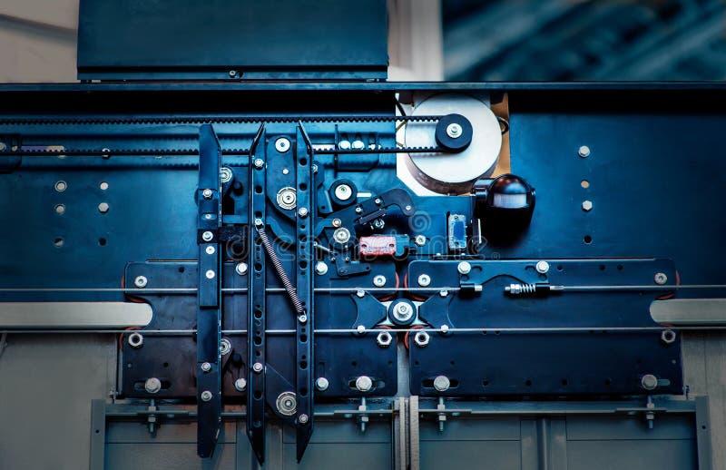 Installazione dell'elevatore, tecnico Installing dell'ascensore un elevatore moderno immagine stock