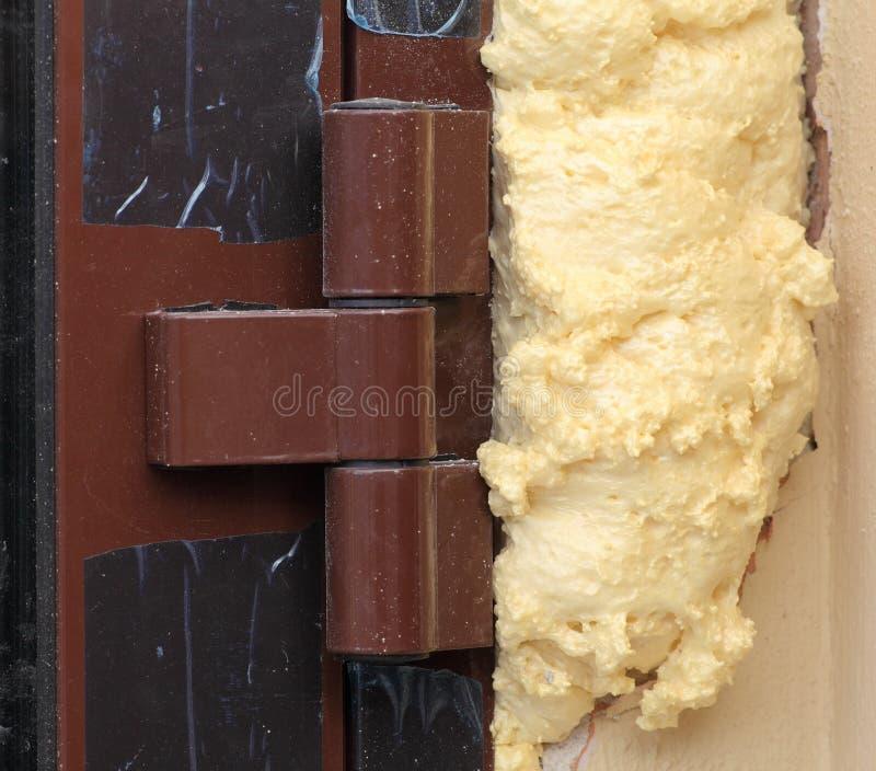 Installazione dell'isolamento della schiuma delle porte di entrata immagini stock libere da diritti
