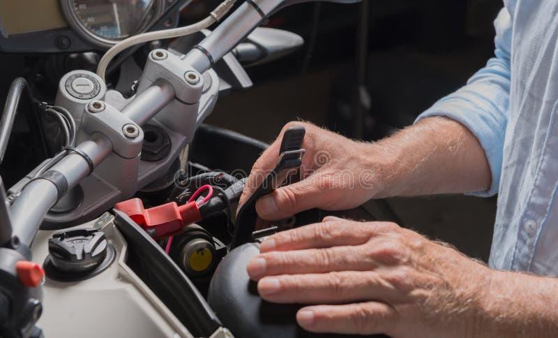Installazione della batteria della motocicletta fotografie stock libere da diritti