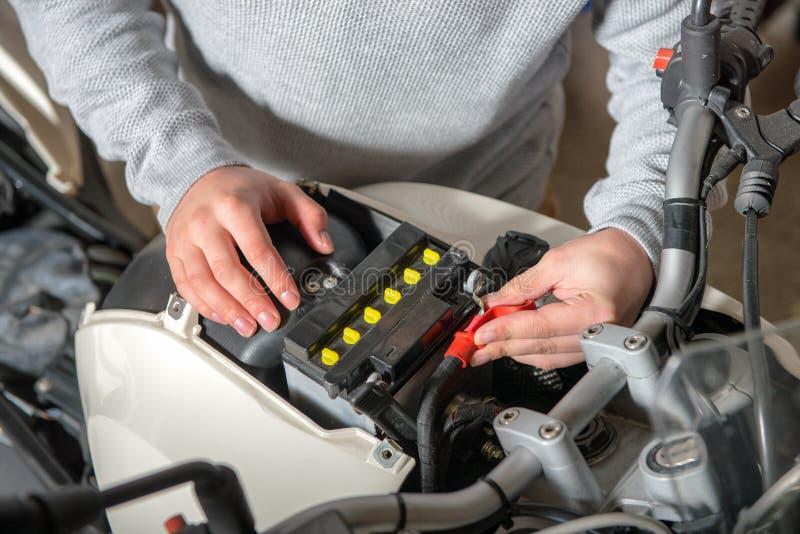Installazione della batteria della motocicletta fotografia stock libera da diritti