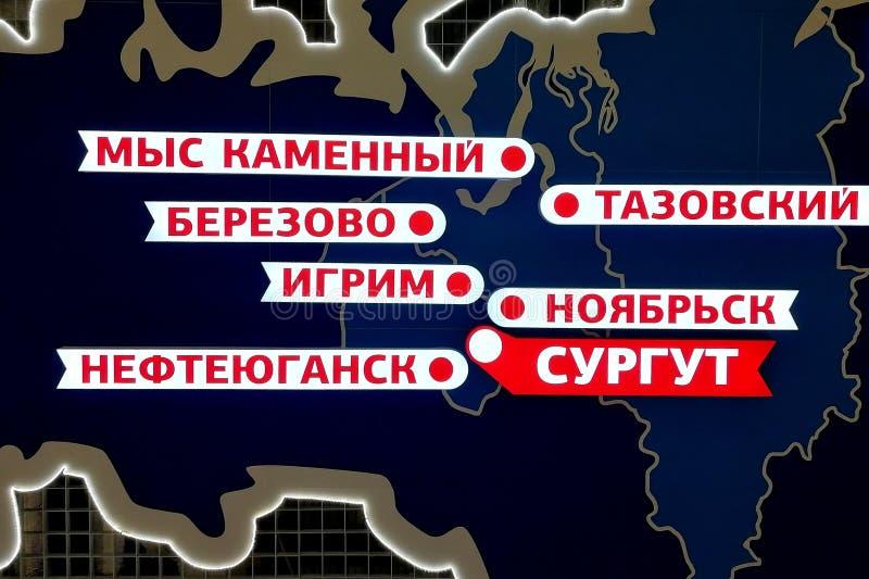 Installazione della mappa di Chanty-Mansijsk e del Yamalo-Nenets Okrug autonomo con le iscrizioni nel Russo delle città locali fotografie stock