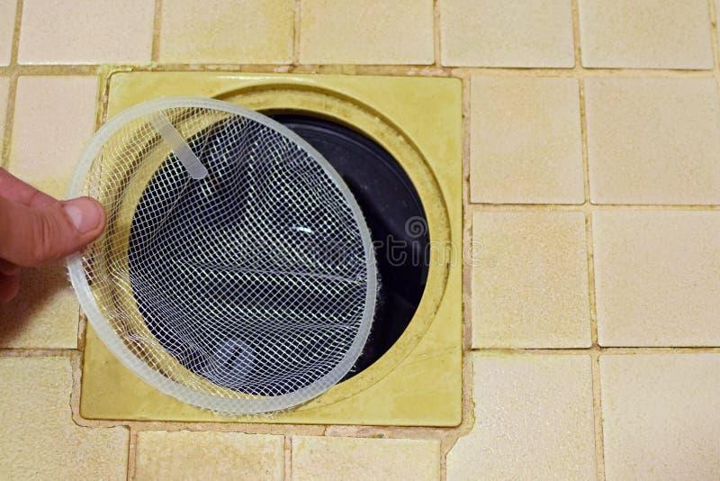 Installazione della rete del filtro dal collettore dei capelli per inondare scolo fotografie stock