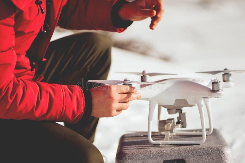 Installazione delle eliche del fuco Ritratto dell'uomo che si prepara per il volo del fuco immagine stock