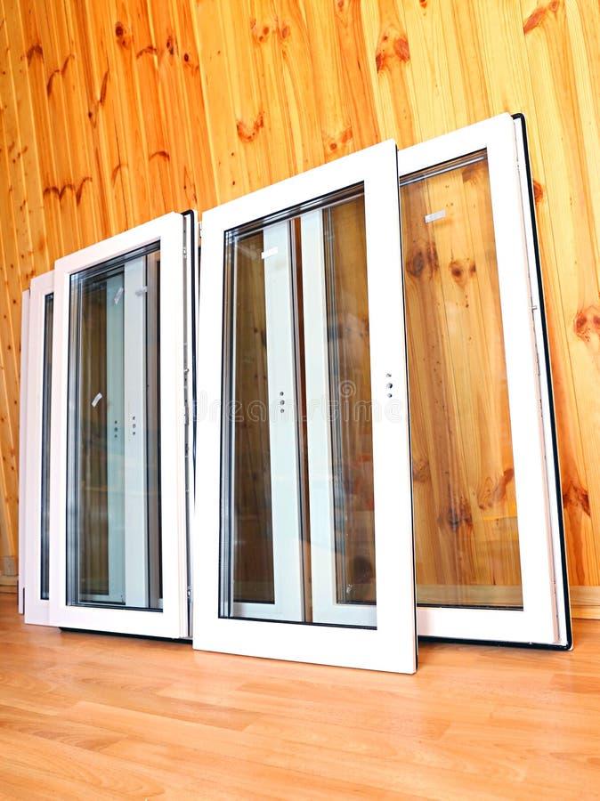 Installazione delle finestre di plastica immagini stock libere da diritti