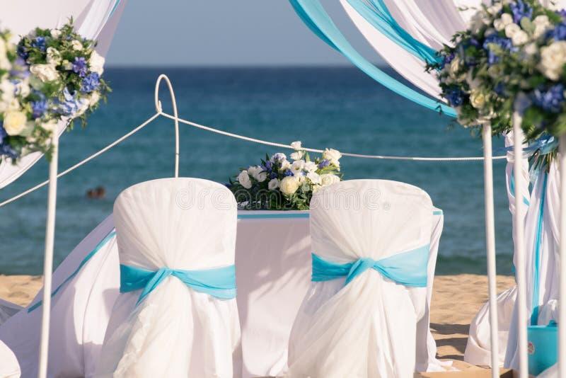 Installazione delle nozze sulla spiaggia fotografie stock