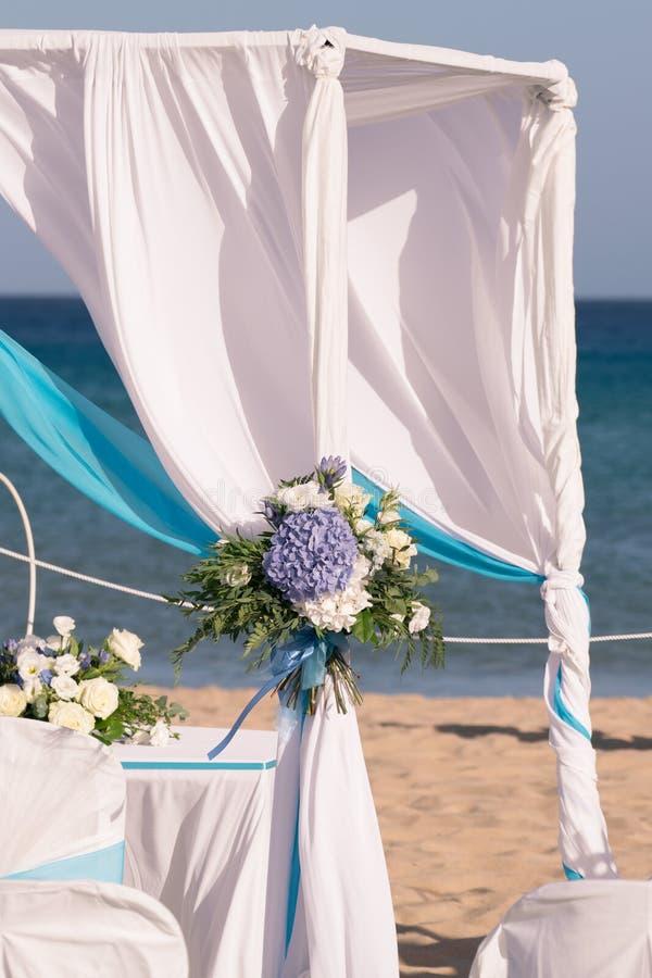 Installazione delle nozze sulla spiaggia fotografia stock